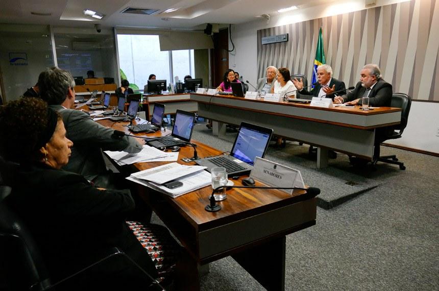 Comissão de Desenvolvimento Regional e Turismo (CDR) realiza audiência pública interativa para discutir sobre a privatização do setor elétrico e as consequências para o desenvolvimento regional.   Mesa: secretária de energia da Confederação Nacional dos Urbanitários (CNU), Fabíola Latino Antezana;  professor da Universidade Federal do Rio de Janeiro (UFRJ), Luiz Pinguelli Rosa;  presidente da CDR, senadora Fátima Bezerra (PT-RN);  membro do Conselho de Administração da Companhia Energética de Minas Gerais (Cemig), Nelson José Hubner Moreira;  diretor-presidente do Centro de Estratégias em Recursos Naturais e Energia (Cerne), Jean-Paul Prates   Foto: Pedro França/Agência Senado