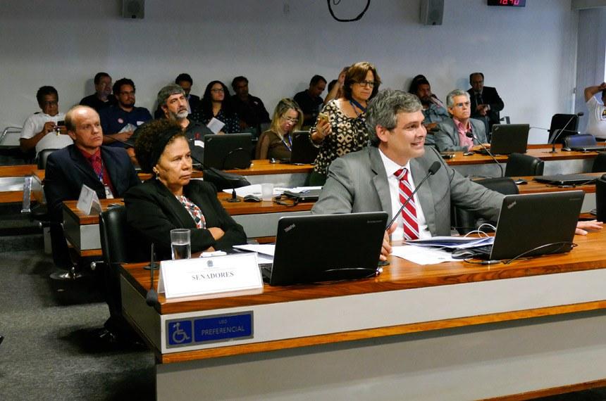 Comissão de Desenvolvimento Regional e Turismo (CDR) realiza audiência pública interativa para discutir sobre a privatização do setor elétrico e as consequências para o desenvolvimento regional.   Bancada: senadora Regina Sousa (PT-PI);  senador Lindbergh Farias (PT-RJ).  Foto: Pedro França/Agência Senado