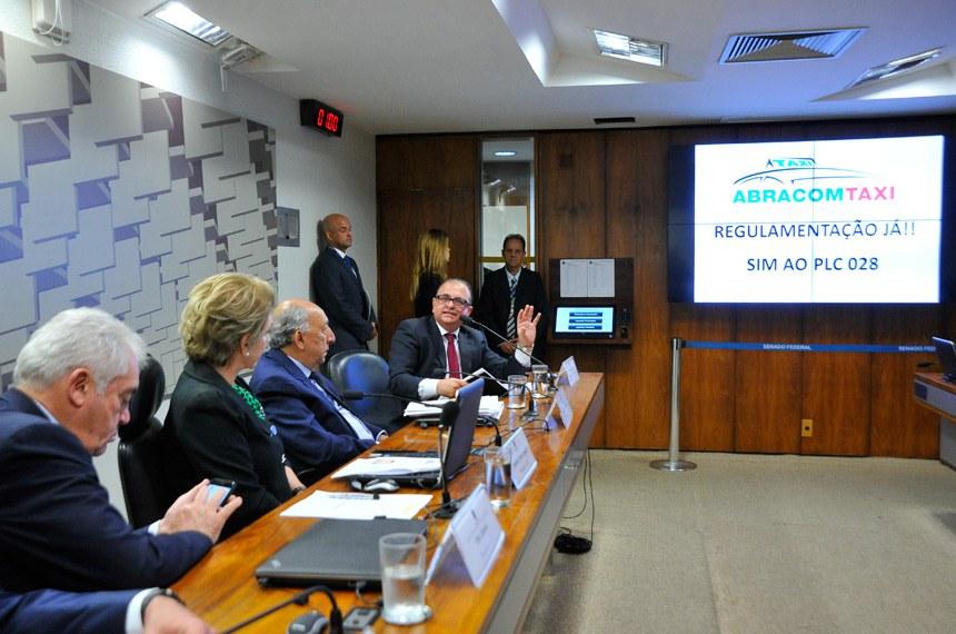 As Comissões de Ciência, Tecnologia, Inovação, Comunicação e Informática (CCT), Assuntos Sociais (CAS), Assuntos Econômicos (CAE) e Serviços de Infraestrutura (CI) realizam audiência pública conjunta e interativa para discutir projetos apensados que regulamentam o transporte individual privado de passageiros. Entre os convidados estão representantes do Ministério da Justiça, do Conselho Administrativo de Defesa Econômica (Cade) , dos taxistas e do Uber.   Mesa:  presidente da CCT, senador Otto Alencar (PSD-BA);  presidente da CAS, senadora Marta Suplicy (PMDB-SP);  relator do projeto, senador Pedro Chaves (PSC-MS);  presidente da Associação Brasileira de Associações e Cooperativas de Motoristas de Táxis (Abracomtaxi), Edmilson Americano   Foto: Geraldo Magela/Agência Senado