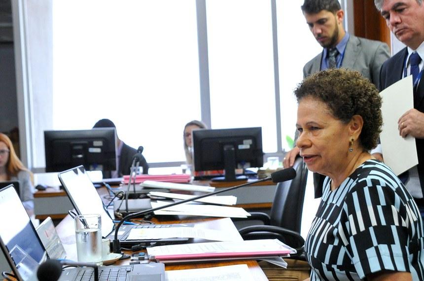 Comissão de Direitos Humanos e Legislação Participativa (CDH) realiza reunião com  15 itens na pauta. Entre eles, o PLS 382/2011, que obriga cota de brinquedos para crianças com deficiência em shoppings. Na sequência, apreciação do plano para avaliação da política pública.  Presidente da CDH, senadora Regina Sousa (PT-PI) à mesa.  Foto: Geraldo Magela/Agência Senado