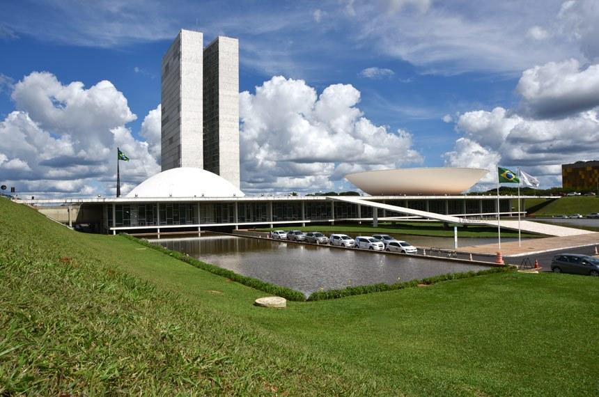 Fachada do Palácio do Congresso Nacional, a sede das duas Casas do Poder Legislativo brasileiro.As cúpulas abrigam os plenários da Câmara dos Deputados (côncava) e do Senado Federal (convexa), enquanto que nas duas torres - as mais altas de Brasília, com 100 metros - funcionam as áreas administrativas e técnicas que dão suporte ao trabalho legislativo diário das duas instituições.Obra do arquiteto Oscar Niemeyer. Foto: Pillar Pedreira/Agência Senado