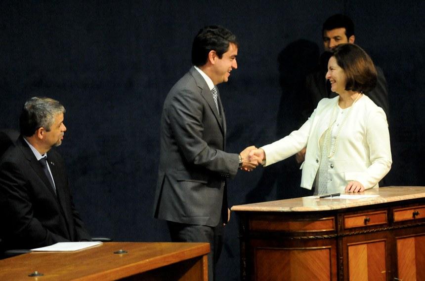 Luiz Fernando Bandeira de Mello Filho cumprimenta a presidente do CNMP, Raquel Dodge