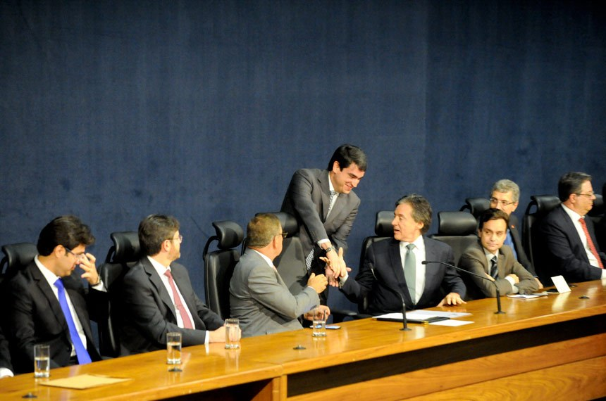 Luiz Fernando Bandeira de Mello Filho cumprimenta o presidente do Senado