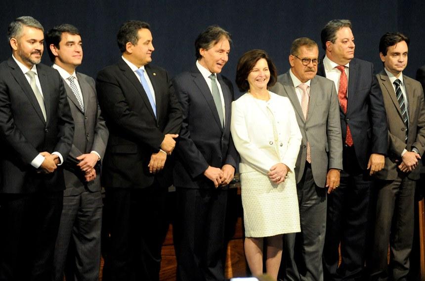 Eunício Oliveira (1º à esq. de Raquel Dodge) participou da cerimônia de posse dos novos conselheiros