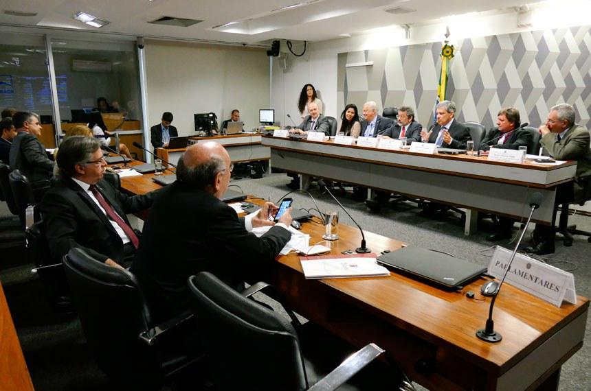 Comissão Mista da Medida Provisória (CMMPV) nº 789, de 2017, que altera a Lei nº 7.990, de 28 de dezembro de 1989, e a Lei nº 8.001, de 13 de março de 1990, para dispor sobre a Compensação Financeira pela Exploração de Recursos Minerais, realiza audiência pública para debater a medida provisória.   Mesa:  diretor de Mineração, Energia e Infraestrutura da Companhia de Desenvolvimento Econômico de Minas Gerais (Codemig), Marcelo Nassif;  técnica da Confederação Nacional dos Municípios (CNM), Thalyta Alves;  diretor-presidente da Associação dos Municípios Mineradores de Minas Gerais (Amig), Vitor Penido de Barros;  presidente da CMMPV 789/2017, senador Paulo Rocha (PT-PA); relator da CMMPV 789/2017, deputado Marcus Pestana (PSDB-MG);  prefeito de Parauapebas (PA), Darci José Lermen;  subsecretário de Transportes do Estado do Rio de Janeiro, Delmo Manoel Pinho.  Foto: Roque de Sá/Agência Senado