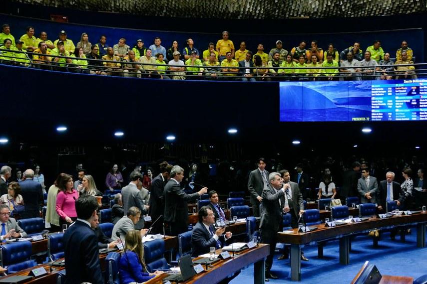 Plenário do Senado Federal durante sessão deliberativa extraordinária.   Bancada: senador Eduardo Braga (PMDB-AM);  senador Lindbergh Farias (PT-RJ);  senador Randolfe Rodrigues (Rede-AP);  senador Romero Jucá (PMDB-RR);  senadora Vanessa Grazziotin (PCdoB-AM).  Foto: Roque de Sá/Agência Senado