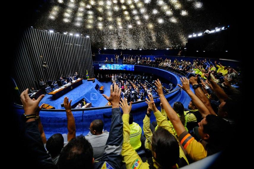 Os agentes de trânsito que acompanharam a votação comemoraram a aprovação