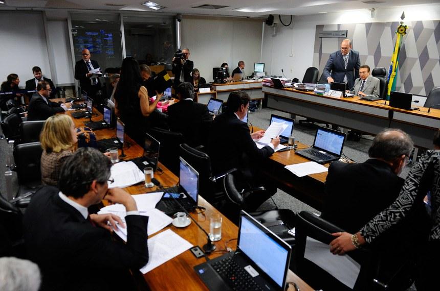 Comissão de Constituição, Justiça e Cidadania (CCJ) realiza reunião com 42 itens na pauta. Entre eles, o PLS 513/2013, que altera a Lei de Execução Penal e a PEC 33/2012, que trata da redução da maioridade penal.  Em pronunciamento, presidente da CCJ, senador Edison Lobão (PMDB-MA) à mesa.  Foto: Marcos Oliveira/Agência Senado