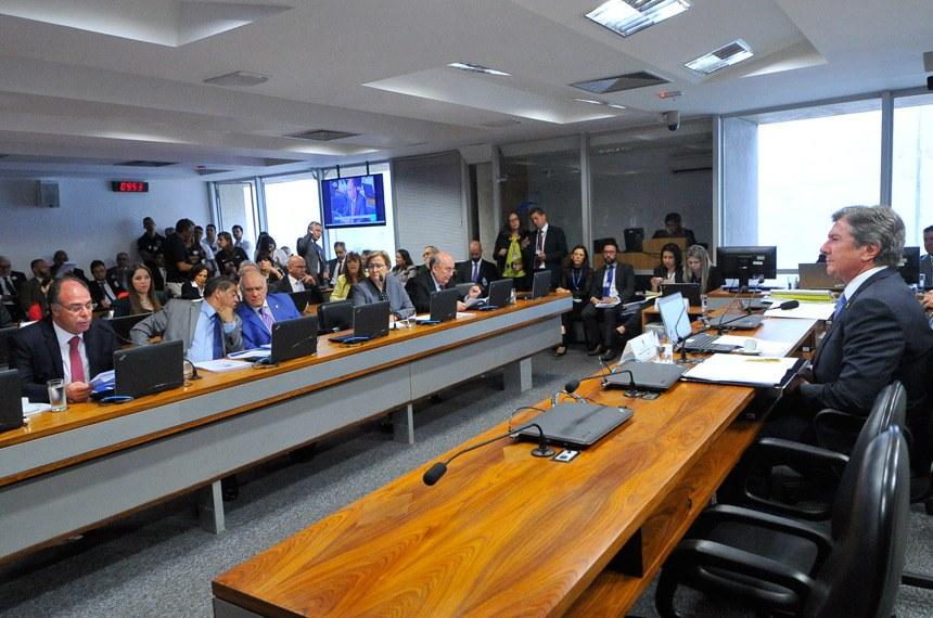 Comissão de Relações Exteriores e Defesa Nacional (CRE) realiza reunião deliberativa com 6 itens. Na pauta, o PLC 30/2007, que dispõe sobre o direito de agente público portar arma de fogo.  Mesa: presidente da CRE, senador Fernando Collor (PTC-AL).  À bancada: senador Fernando Bezerra Coelho (PMDB-PE), em pronunciamento; senador Hélio José (PMDB-DF); senador Lasier Martins (PSD-RS); senadora Ana Amélia (PP-RS); senador Flexa Ribeiro (PSDB-PA).  Foto: Geraldo Magela/Agência Senado