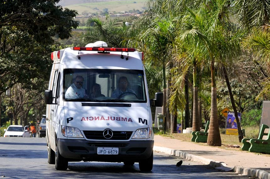 Ambulância transitando na cidade do entorno Santo Antonio do Descoberto - GO