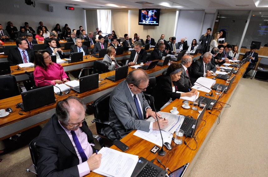 Comissão de Assuntos Econômicos (CAE) realiza reunião deliberativa com 18 itens na pauta. Entre eles, o PLS 280/2013, que destina recursos do pré-sal à saúde e à educação básica.   Bancada:  senador Armando Monteiro (PTB-PE);  senador Cidinho Santos (PR-MT);  senador Cristovam Buarque (PPS-DF);  senador Dalírio Beber (PSDB-SC);  senador Elmano Férrer (PMDB-PI);  senador José Agripino (DEM-RN);  senador José Pimentel (PT-CE);  senador Paulo Paim (PT-RS);  senador Ricardo Ferraço (PSDB-ES);  senadora Kátia Abreu (PMDB-TO);  senadora Regina Sousa (PT-PI);  senadora Simone Tebet (PMDB-MS)   Foto: Edilson Rodrigues/Agência Senado