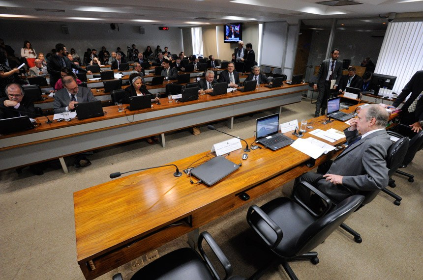Comissão de Assuntos Econômicos (CAE) realiza reunião com 18 itens na pauta. Entre eles, o PLS 280/2013, que destina recursos do pré-sal à saúde e à educação básica.  À mesa, presidente da CAE, senador Tasso Jereissati (PSDB-CE).  Bancada: senador Dalírio Beber (PSDB-SC); senador Armando Monteiro (PTB-PE);   senadora Regina Sousa (PT-PI); senador Elmano Férrer (PMDB-PI); senador Waldemir Moka (PMDB-MS);  senador Ricardo Ferraço (PSDB-ES).   Foto: Edilson Rodrigues/Agência Senado