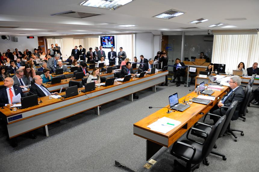 A CCJ aprovou, com nove votos favoráveis e quatro contrários, o projeto que permite a demissão dos servidores públicos por 'insuficiência de desempenho' - Foto: Pedro França / Agência Senado