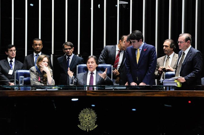 Plenário do Senado durante sessão deliberativa extraordinária.  Mesa (E/D): senadora Vanessa Grazziotin (PCdoB-AM);  presidente do Senado, senador Eunício Oliveira (PMDB-CE); senador Fernando Bezerra Coelho (PMDB-PE); secretário-geral da Mesa, Luiz Fernando Bandeira de Mello Filho; senador Wellington Fagundes (PR-MT).  Foto: Geraldo Magela/Agência Senado