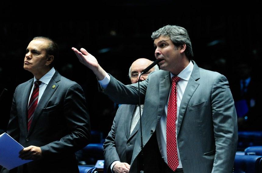 Plenário do Senado durante sessão deliberativa extraordinária.  (E/D): senador Ataídes Oliveira (PSDB-TO); senador Flexa Ribeiro (PSDB-PA); senador Lindbergh Farias (PT-RJ), em pronunciamento.   Foto: Geraldo Magela/Agência Senado