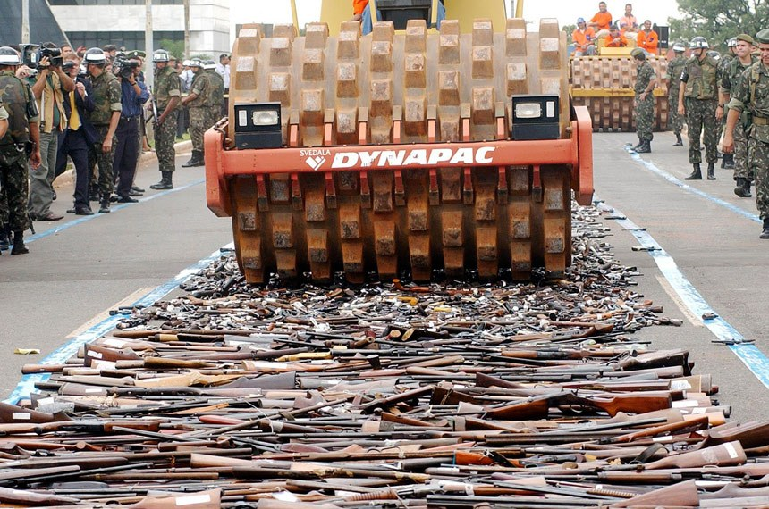 Brasília - Destruição de cerca de 10 mil armas de fogo pelo Exército. As armas foram recolhidas no Distrito Federal, na região do Triângulo Mineiro e em Tocantins durante a campanha do desarmamento. Foto Roosewelt Pinheiro/ABr