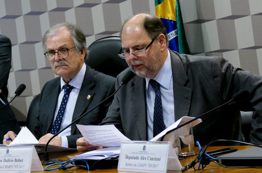 Comissão Mista da Medida Provisória (CMMPV) nº 785, de 2017, que trata da reforma do Fundo de Financiamento Estudantil (Fies), realiza reunião deliberativa para apreciação de relatório.   Mesa:  presidente da CMMPV 785/2017, senador Dalírio Beber (PSDB-SC);  relator da CMMPV 785/2017, deputado Alex Canziani (PTB-PR)   Foto: Roque de Sá/Agência Senado