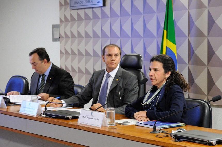 Comissão Parlamentar Mista de Inquérito da JBS (CPMI-JBS) ouve ex-diretora da Caixa Econômica Federal (CEF).  Mesa: relator parcial de contratos da CPMI-JBS, deputado Delegado Francischini (SD-PR); presidente da CPMI da JBS, senador Ataídes Oliveira (PSDB-TO); ex-diretora da Caixa Econômica Federal (CEF), Maria Fernanda Ramos Coelho.  Foto: Edilson Rodrigues/Agência Senado