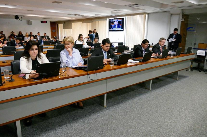 Comissão de Constituição, Justiça e Cidadania (CCJ) realiza reunião deliberativa com 43 itens na pauta. Entre eles, o PLS 149/2015, que aumenta a pena para roubo com o uso de arma de fogo ou explosivo.   Bancada:  senadora Simone Tebet (PMDB-MS);  senadora Ana Amélia (PP-RS);  senador Davi Alcolumbre (DEM-AP);  senador Cidinho Santos (PR-MT);  senador Antonio Anastasia (PSDB-MG)   Foto: Roque de Sá/Agência Senado