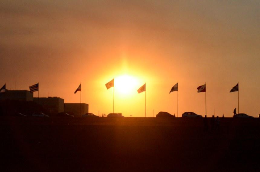 Pôr do Sol na Esplanada dos Ministérios. Destaque para as bandeiras dos estados.