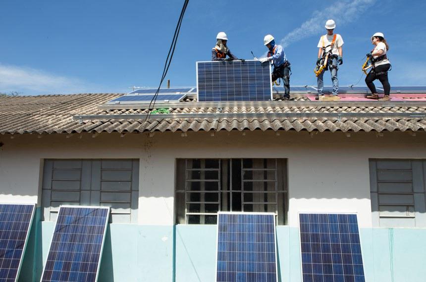 Instalação de 48 painéis solares na Escola Municipal Milton Magalhães Porto, em Uberlândia, Minas Gerais. Os Multiplicadores Solares, jovens de todo o Brasil que foram treinados para espalhar conhecimento sobre energia solar no País, participaram e subiram no telhado da escola.