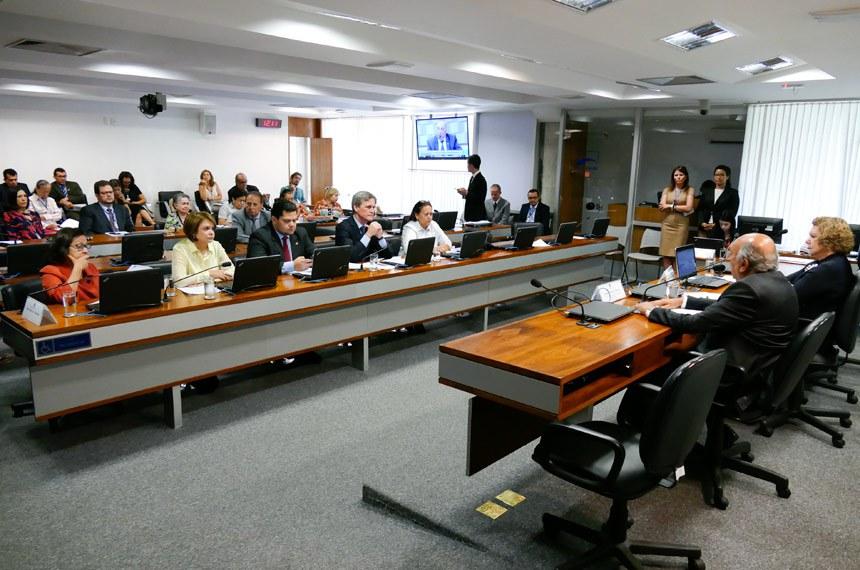 Comissão de Educação, Cultura e Esporte (CE) realiza reunião para apreciação das emendas da comissão ao PLOA 2018.  Mesa: presidente da CE, senadora Lúcia Vânia (PSB-GO); vice-presidente da CE, senador Pedro Chaves (PSC-MS).   Bancada: senadora Lídice da Mata (PSB-BA); senadora Ângela Portela (PDT-RR); senador Davi Alcolumbre (DEM-AP); senador Dário Berger (PMDB-SC); senadora Fátima Bezerra (PT-RN)  Foto: Roque de Sá/Agência Senado