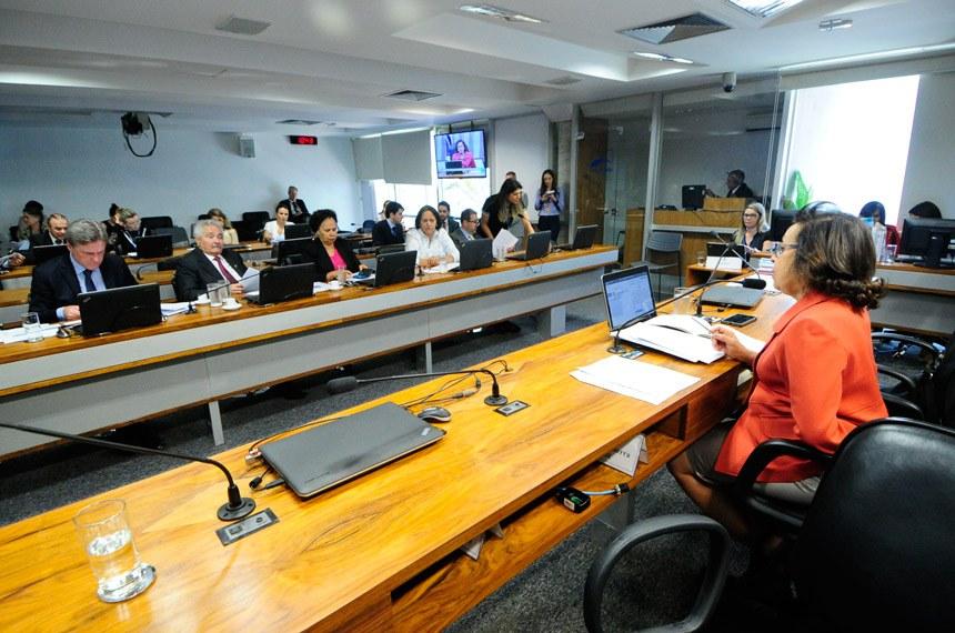 Comissão de Desenvolvimento Regional e Turismo (CDR) realiza reunião para apreciação das emendas ao Projeto de Lei Orçamentária Anual (Ploa) de 2018.  Em pronunciamento, vice-presidente da CDR, senadora Lídice da Mata (PSB-BA) à mesa.   Foto: Geraldo Magela/Agência Senado