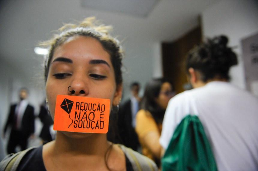 Manifestantes protestam contra a redução da maioridade penal. O tema está sendo discutido em audiência pública na Comissão de Constituição, Justiça e Cidadania (CCJ).   Foto: Pedro França/Agência Senado