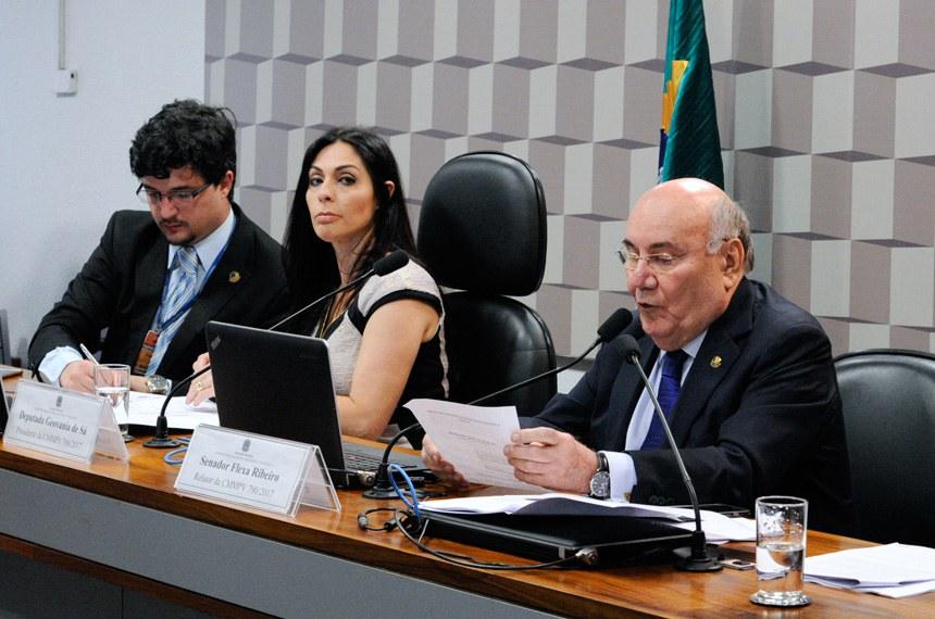 A comissão mista que analisa a Medida Provisória (MP) 790/2017 promove reunião para apreciação de relatório que estabelece novas regras para o setor de mineração.   Mesa: presidente da CMMPV 790/2017, deputada Geovania de Sá (PSDB-SC); relator da MP 790/2017, senador Flexa Ribeiro (PSDB-PA).  Foto: Edilson Rodrigues/Agência Senado