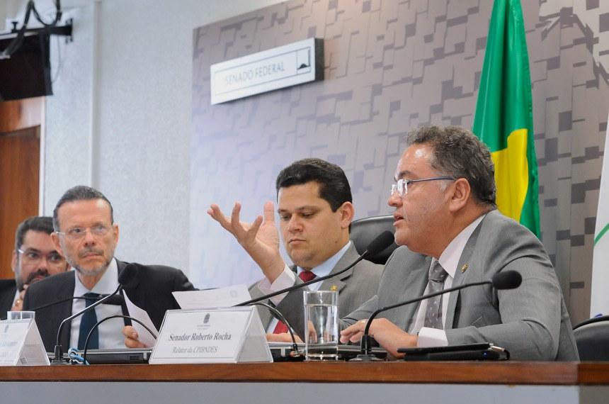 CPI do BNDES (CPIBNDES) realiza oitiva com o ex-presidente do Banco Nacional de Desenvolvimento Econômico e Social (BNDES).   Mesa:  ex-presidente do Banco Nacional de Desenvolvimento Econômico e Social (BNDES), Luciano Galvão Coutinho;  presidente da CPIBNDES, senador Davi Alcolumbre (DEM-AP);  relator da CPIBNDES, senador Roberto Rocha (PSDB-MA)   Foto: Waldemir Barreto/Agência Senado