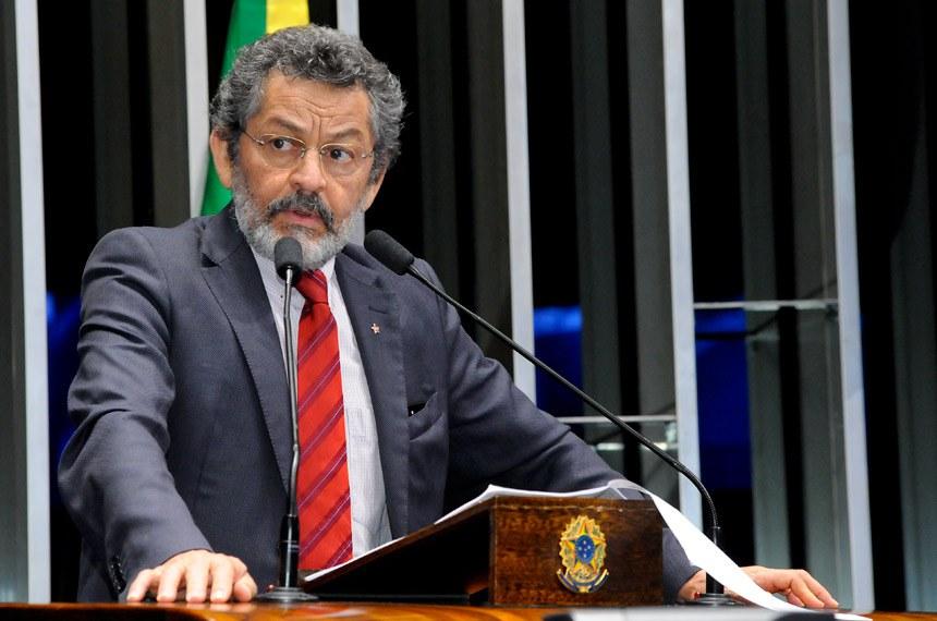 Plenário do Senado durante sessão não deliberativa.  Em discurso, à tribuna, senador Paulo Rocha (PT-PA).  Foto: Waldemir Barreto/Agência Senado