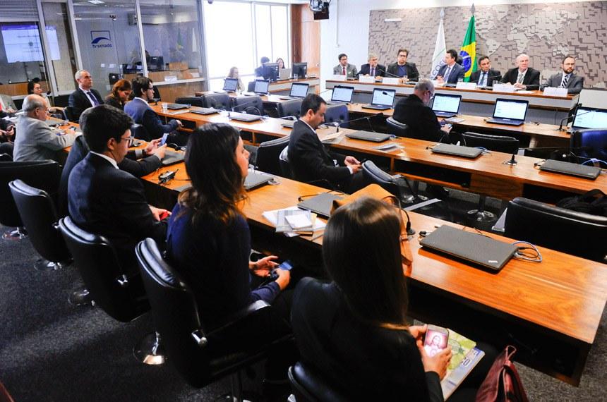 """Comissão Mista Permanente sobre Mudanças Climáticas (CMMC) realiza audiência pública interativa para debater o tema: """"Bionergia e biocombustível: perspectivas para crescimento no Brasil"""".   Mesa (E/D):  diretor técnico do Centro Internacional de Energias Renováveis (CIBiogás) e representante da Itaipu Binacional, Rafael Gonzales;  coordenador-geral de fontes alternativas da Secretaria de Planejamento e Desenvolvimento Energético do Ministério de Minas e Energia (MME), Lívio Teixeira de Andrade Filho;  diretor do Departamento de Biocombustíveis da Secretaria de Petróleo, Gás Natural e Biocombustíveis do Ministério de Minas e Energia (MME), Miguel Ivan Lacerda de Oliveira;  relator da CMMC, deputado Sérgio Souza (PMDB-PR);  diretor executivo da União da Indústria de Cana-de-Açúcar (Unica), Eduardo Leão de Sousa;  diretor superintendente da União Brasileira do Biodiesel e do Bioquerosene (Ubrabio), Donizete Tokarski;  gerente de Economia da Associação Brasileira das Indústrias de Óleos Vegetais (Abiove), Daniel Furlan.  Foto: Marcos Oliveira/Agência Senado"""