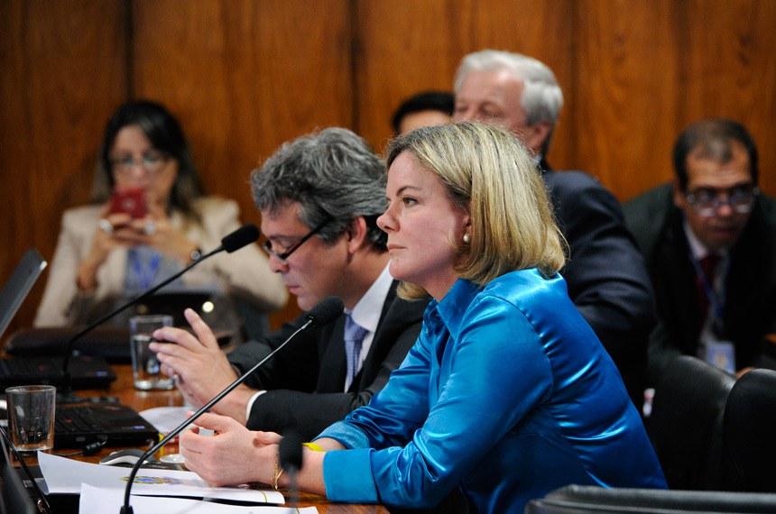 Comissão de Assuntos Econômicos (CAE) realiza audiência pública interativa com a presença do ministro da Fazenda para tratar de ações tomadas pelo governo Temer.   (E/D): senador Lindbergh Farias (PT-RJ);  senadora Gleisi Hoffmann (PT-PR).  Foto: Edilson Rodrigues/Agência Senado