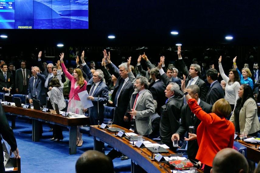 Plenário do Senado Federal durante sessão deliberativa ordinária.   Bancada: senador Acir Gurgacz (PDT-RO);  senador Benedito de Lira (PP-AL);  senador Hélio José (Pros-DF);  senador Lindbergh Farias (PT-RJ);  senador Paulo Rocha (PT-PA);  senador Raimundo Lira (PMDB-PB);  senador Ricardo Ferraço (PSDB-ES);  senador Romero Jucá (PMDB-RR);  senador Sérgio Petecão (PSD-AC); senadora Vanessa Grazziotin (PCdoB-AM).  Foto: Roque de Sá/Agência Senado