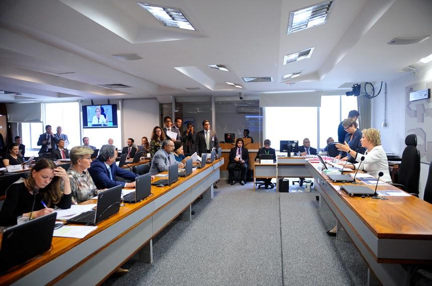 Comissão de Assuntos Sociais (CAS) realiza reunião deliberativa com 12 itens. Entre eles, o PLC 82/2017, que dispõe sobre o exercício da atividade de condutor de ambulância.  Em pronunciamento, à mesa, presidente da CAS, senadora Marta Suplicy (PMDB-SP).  Foto: Pedro França/Agência Senado