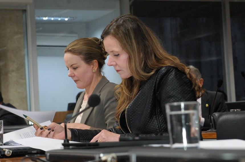 Comissão Especial do Impeachment 2016 (CEI2016) realiza reunião para ouvir testemunhas.  Bancada: senadora Gleisi Hoffmann (PT-PR);  senadora Vanessa Grazziotin (PCdoB-AM).  Foto: Waldemir Barreto/Agência Senado