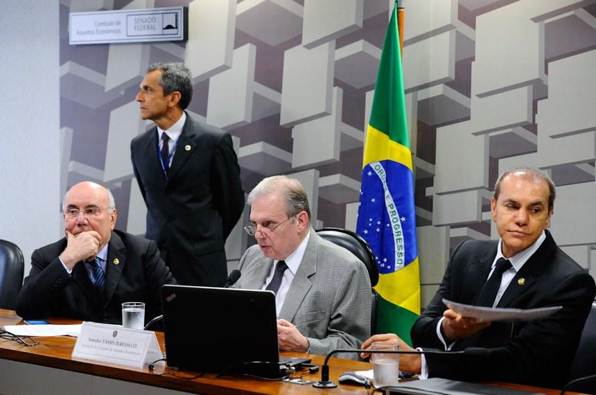 Comissão de Assuntos Econômicos (CAE) realiza reunião com 19 itens. Entre eles, o PLS 505/2013, que cria a Tarifa Social de Água e Esgoto.  Mesa:  senador Flexa Ribeiro (PSDB-PA);  presidente da CAE, senador Tasso Jereissati (PSDB-CE); senador Ataídes Oliveira (PSDB-TO).  Foto: Marcos Oliveira/Agência Senado