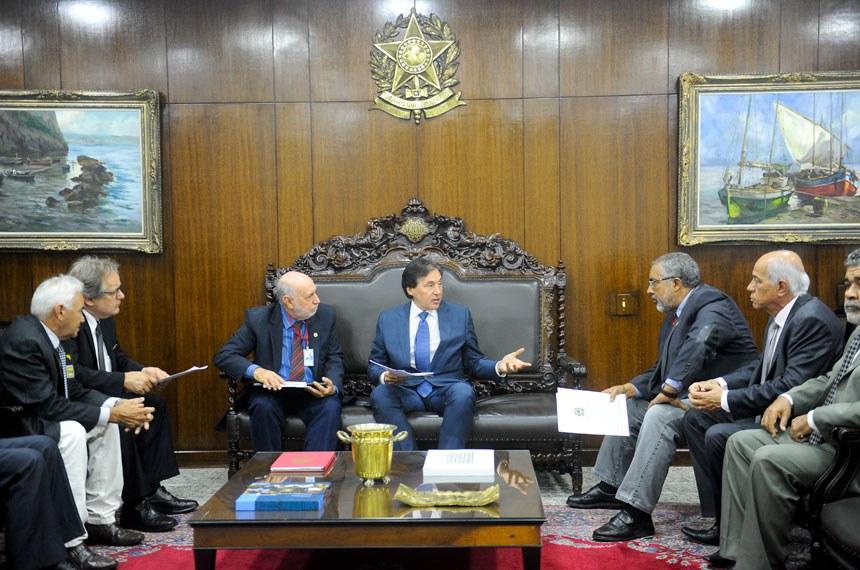 Presidente do Senado Federal, senador Eunício Oliveira (PMDB-CE), recebe senador Paulo Paim (PT-RS) e delegação do Fórum Sindical dos Trabalhadores (FST).   Foto: Jane de Araújo/Agência Senado