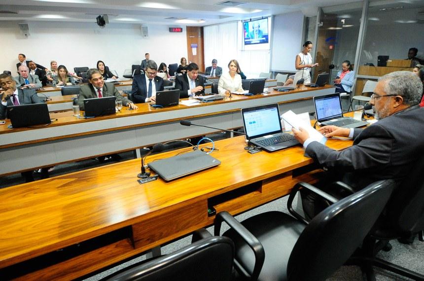 Comissão de Direitos Humanos e Legislação Participativa (CDH) realiza reunião deliberativa com 28 itens na pauta. Entre eles, o PLS 382/2011, que obriga cota de brinquedos para crianças com deficiência em shoppings.   À mesa, vice-presidente da CDH, senador Paulo Paim (PT-RS).  Foto: Geraldo Magela/Agência Senado