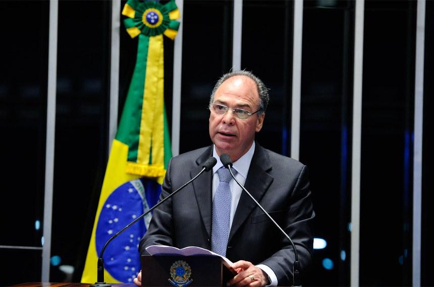 Plenário do Senado durante sessão deliberativa extraordinária.   Em discurso, à tribuna, senador Fernando Bezerra Coelho (PMDB-PE).  Foto: Marcos Oliveira/Agência Senado