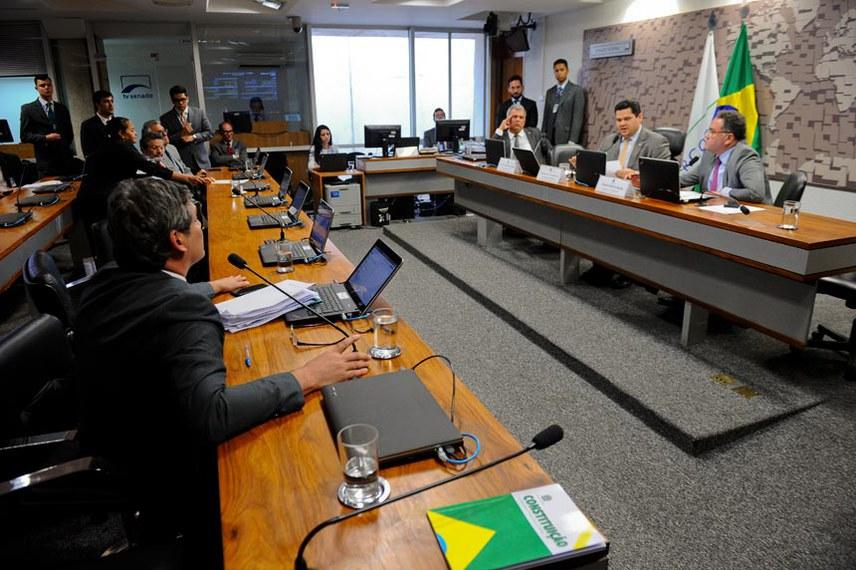 CPI do BNDES (CPIBNDES) realiza audiência pública sobre o tema objeto da comissão com convidado especificado no Requerimento nº 2/2017.  Mesa: superintendente de Relações com Empresas da Comissão de Valores Mobiliários (CVM), Fernando Soares Vieira; presidente da CPIBNDES, senador Davi Alcolumbre (DEM-AP);  relator da CPIBNDES, senador Roberto Rocha (PSB-MA).  Foto: Marcos Oliveira/Agência Senado