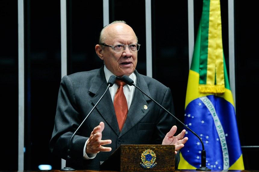 Plenário do Senado durante sessão deliberativa extraordinária.  Em discurso, à tribuna, senador João Alberto Souza (PMDB-MA).  Foto: Geraldo Magela/Agência Senado