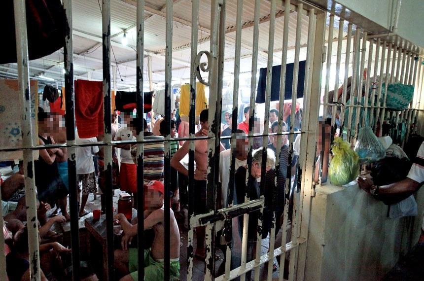 Mutirão carcerário do CNJ. Aníbal Bruno é a principal casa de detenção da Região Metropolitana de Recife (RMR). Juízes encontraram 4.901 homens que cumprem pena e aguardam julgamento nos pavilhões do presídio, que tem capacidade para apenas 1.448 detentos. A principal reclamação que os juízes ouviram dos presos foi em relação à demora dos julgamentos.