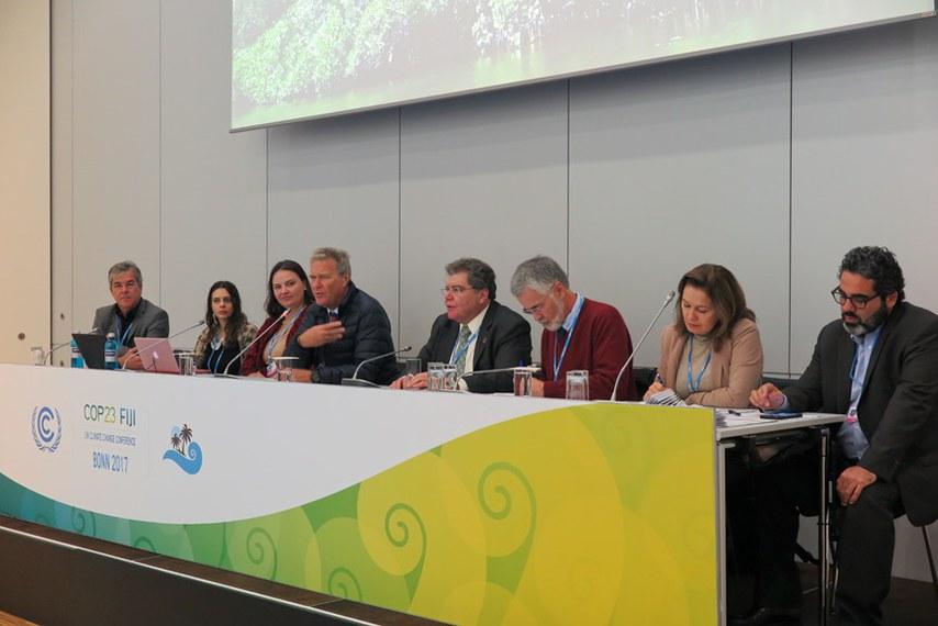 Comitiva de senadores participa em Bonn, na Alemanha, da 23ª Conferência do Clima da ONU (COP 23). Integram a comitiva os senadores Jorge Viana (PT-AC), presidente da Comissão Mista Permanente de Mudanças Climáticas (CMMC), Vanessa Graziotin (PCdoB-AM), Lídice da Matta (PSB-BA) e Davi Alcolumbre (DEM-AP).   Participa: senador Jorge Viana (PT-AC).  Foto: Paula Groba/Rádio Senado