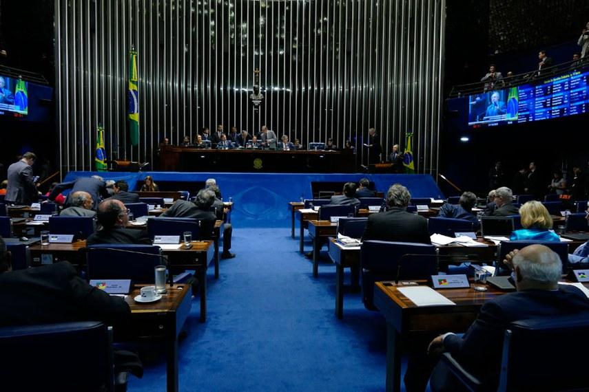 Plenário do Senado Federal durante sessão deliberativa ordinária. Ordem do dia.  Em discurso, à tribuna, senador Cristovam Buarque (PPS-DF).  Mesa: senadora Kátia Abreu (PMDB-TO); senador Acir Gurgacz (PDT-RO); senador João Capiberibe (PSB-AP); presidente do Senado, senador Eunício Oliveira (PMDB-CE); senador José Agripino (DEM-RN); senador Jorge Viana (PT-AC).  Foto: Roque de Sá/Agência Senado