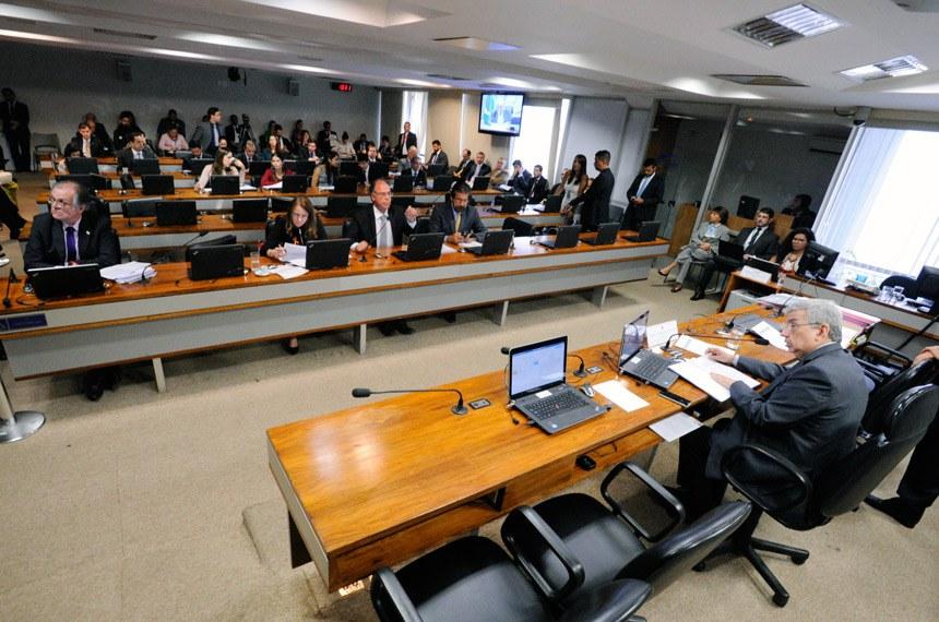Comissão de Assuntos Econômicos  (CAE) reliaza reunião com 14 itens na pauta. Entre eles, o PLS 314/2017, que acaba com transferências de resultados de variação cambial entre BC e Tesouro.  Vice-presidente da CAE, senador Garibaldi Alves Filho (PMDB-RN) à mesa.  Bancada: senador Dalírio Beber (PSDB-SC); senadora Vanessa Grazziotin (PCdoB-AM) senador Fernando Bezerra Coelho (PSB-PE);  senador Valdir Raupp (PMDB-RO).   Foto: Edilson Rodrigues/Agência Senado