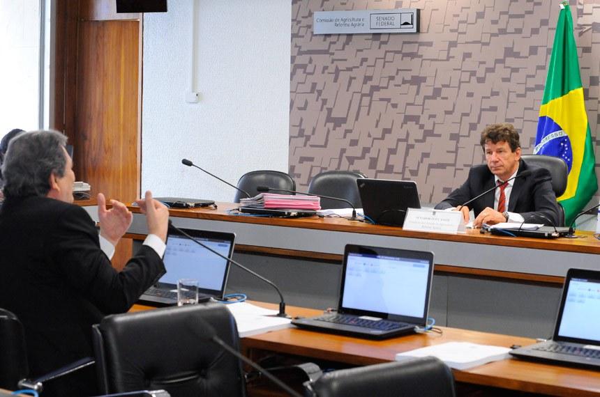 Comissão de Agricultura e Reforma Agrária (CRA) realiza reunião com 7 itens. Na pauta, o PLS 733/2015, que prevê inscrição individual de lote no Cadastro Ambiental Rural.  À mesa, presidente da CRA, senador Ivo Cassol (PP-RO) .  À bancada, em pronunciamento, senador Waldemir Moka (PMDB-MS).  Foto: Waldemir Barreto/Agência Senado
