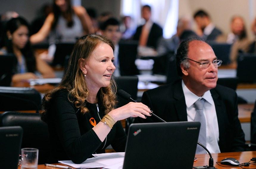 Comissão de Assuntos Econômicos  (CAE) reliaza reunião com 14 itens na pauta. Entre eles, o PLS 314/2017, que acaba com transferências de resultados de variação cambial entre BC e Tesouro.  E/D: senadora Vanessa Grazziotin (PCdoB-AM); senador Fernando Bezerra Coelho (PSB-PE).  Foto: Edilson Rodrigues/Agência Senado