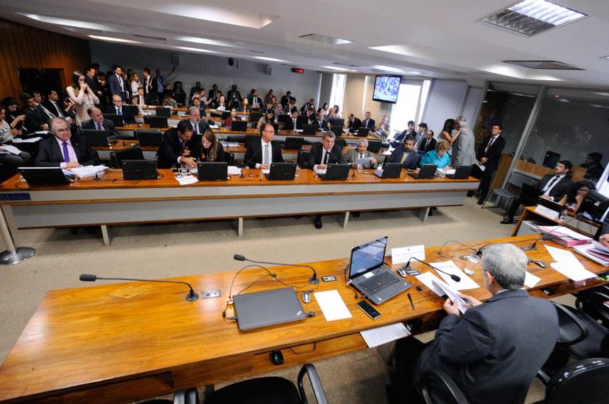 Comissão de Assuntos Econômicos (CAE) realiza reunião deliberativa com 14 itens na pauta. Entre eles, o PLS 314/2017, que acaba com transferências de resultados de variação cambial entre Banco Central (BC) e Tesouro Nacional.   À mesa, vice-presidente da CAE, senador Garibaldi Alves Filho (PMDB-RN).  Foto: Edilson Rodrigues/Agência Senado