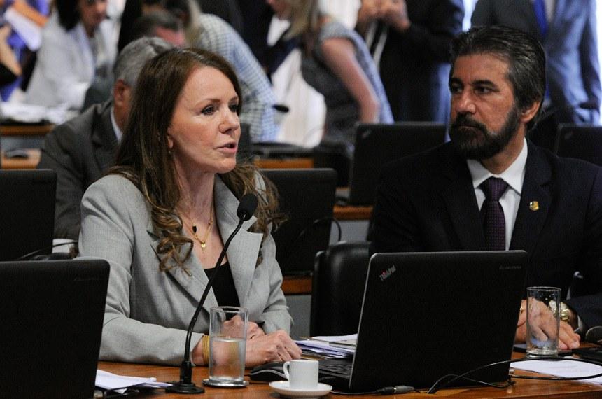 Comissão de Constituição, Justiça e Cidadania (CCJ) realiza reunião com 48 itens. Na pauta, o PLS 320/2015, que criminaliza o porte de arma branca.  (E/D): senadora Vanessa Grazziotin (PCdoB-AM);   senador Valdir Raupp (PMDB-RO).  Foto: Edilson Rodrigues/Agência Senado